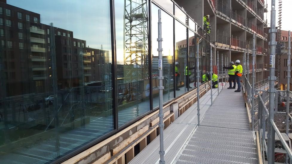 På en byggeplass på Helsfyr samles montører fra H-fasader Glassteam AS