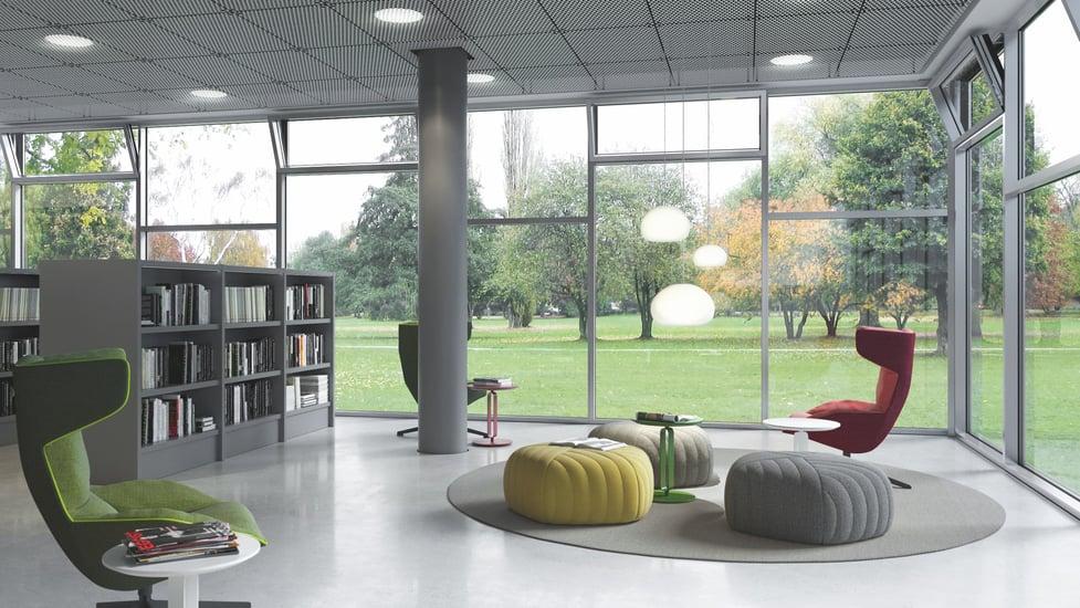 glassvinduer fra gulv til tak med utsikt til grønn plen