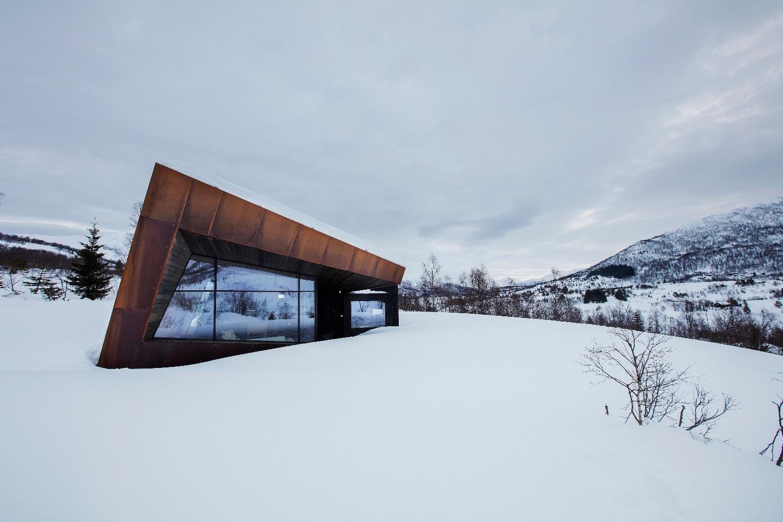Black Lodge sett utenfra i snølandskap