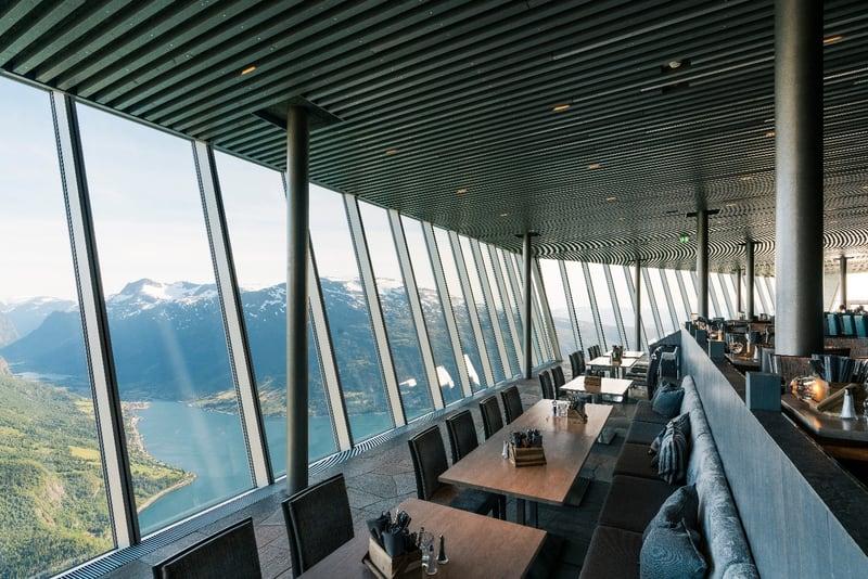 Restaurant med store glassvinduer med utsikt ut over fjorden