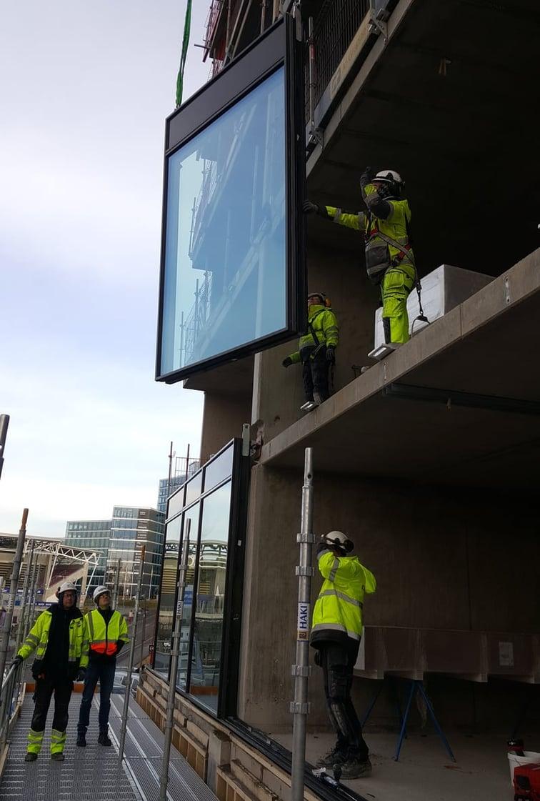 H-fasader Glassteams montører har full kontroll når de første elementene heises på plass på Helsfyr Hotel Scandic.